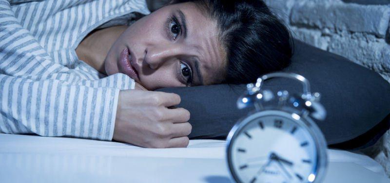 Schlaflosigkeit und Stress Ausloeser Augenringe Traenensaecke