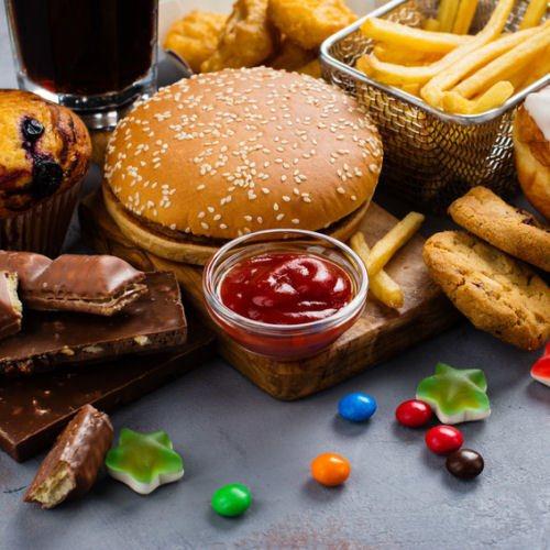 Suessigkeiten Burger Pommes Schokolade ungesund verursachen Mitesser