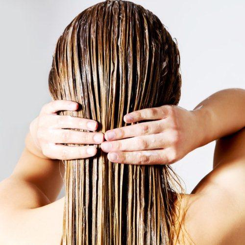 Glaetteisen und nasse Haare