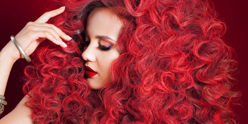 krausiges und lockiges Haar erfordert viel Haarglättungsmittel und Glätteisen Einsatz