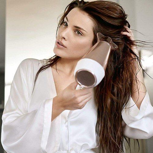 Philips DryCare Prestige Haartrockner Anwendung Frau nasse Haare