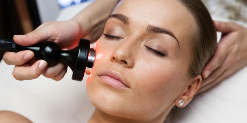 Kosmetisches Ultraschallgerät Nach den Pflegeprodukten kommen die Geräte und Verfahren