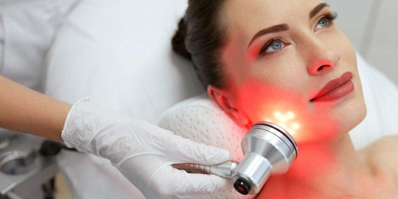 Kosmetisches Ultraschallgerät mit gleichzeitiger Lichttherapie
